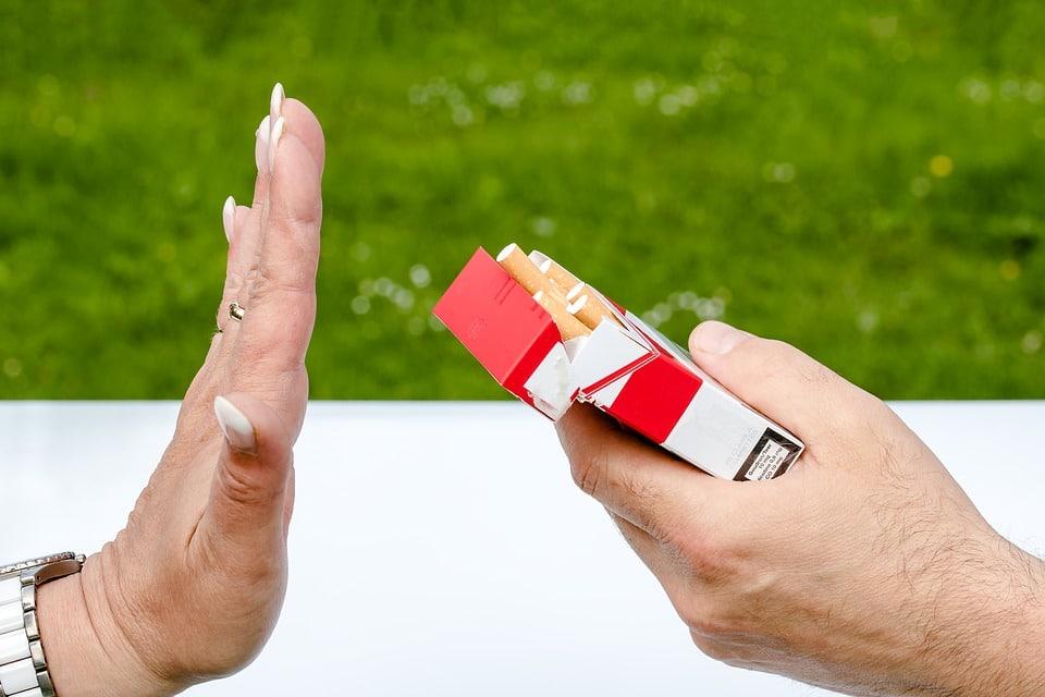 personne refusant une cigarette