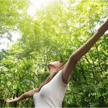 femme libérée de ses émotions dans la forêts